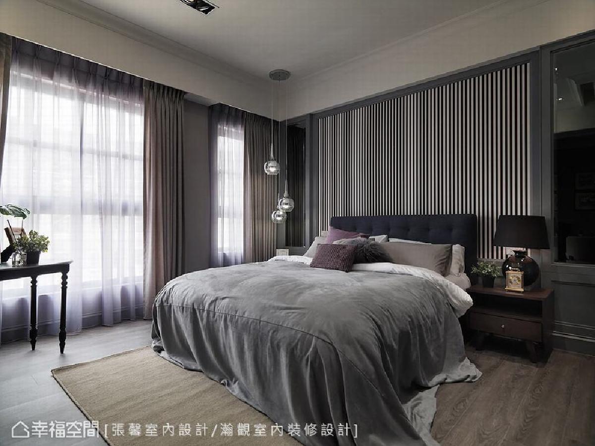 三楼以都会中性风格为概念,在床头描绘黑白分明的线条,侧边则挂上金属吊灯,搭配深色窗帘,营造沉稳却富层次的感受。
