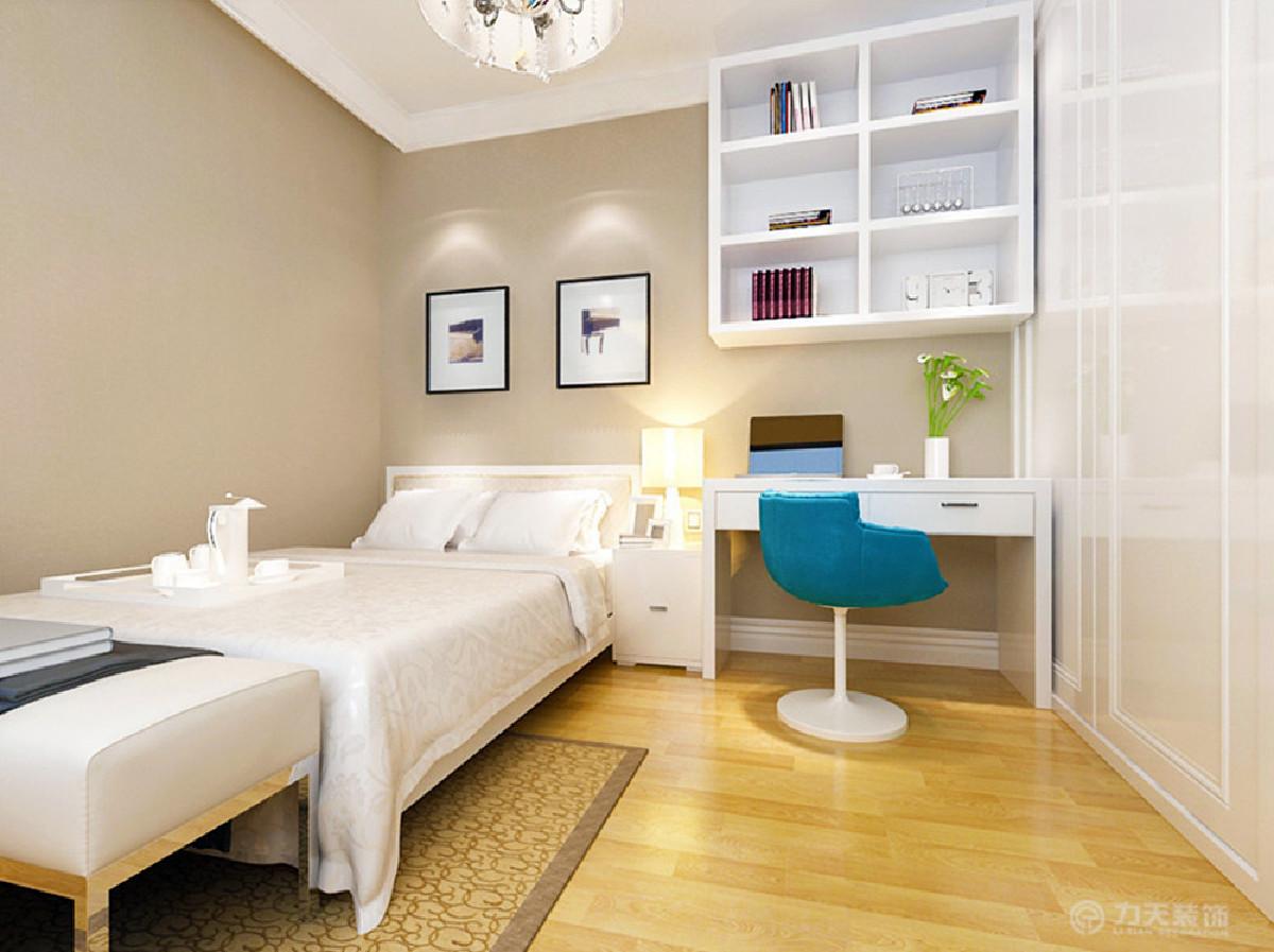主卧室地面采用温馨舒适的地板,给人一种干净舒适的感觉。墙面粉刷浅咖色乳胶漆,即提升了整体的空间性,同时配以简约时尚照片。搭配上暖黄色的灯光,让人感觉到温馨整体打造了一个让人舒适的休息空间。