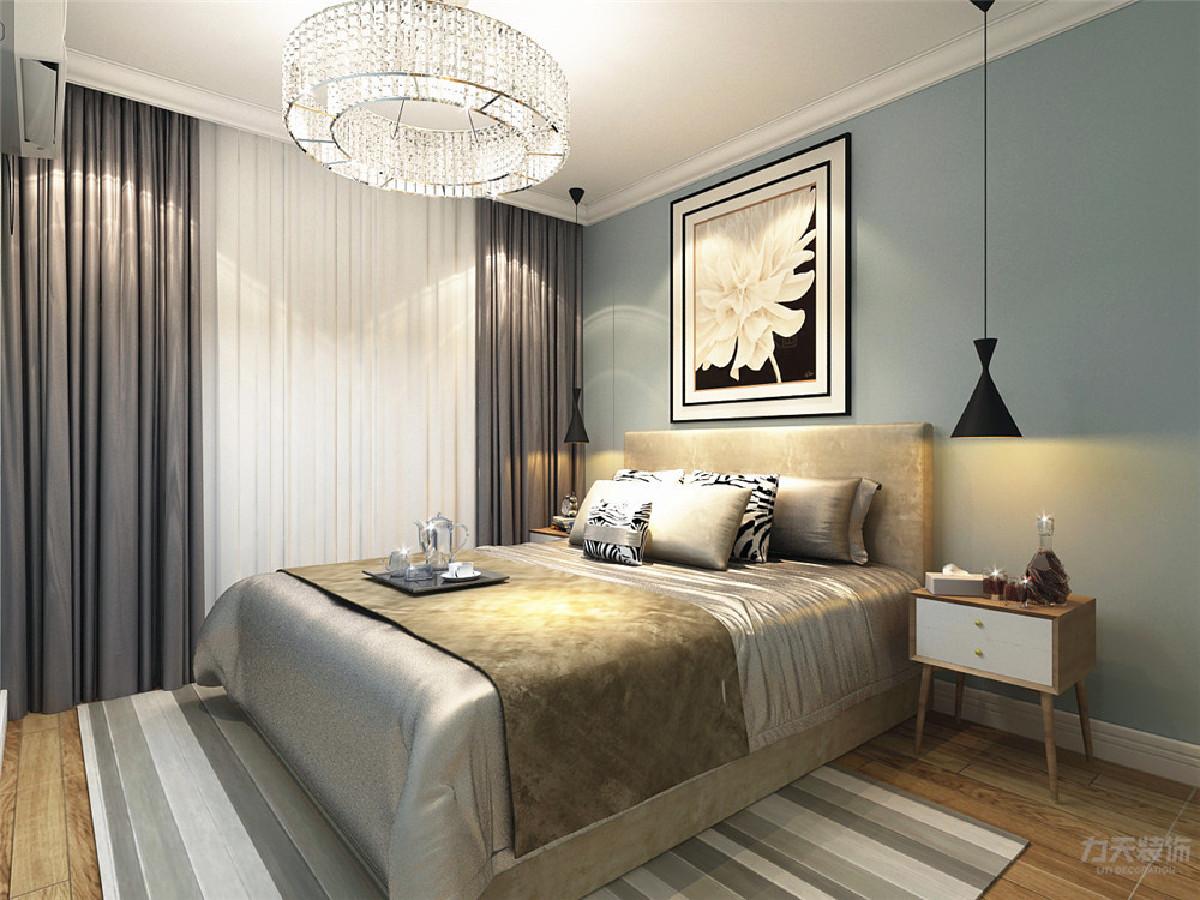 主卧的设计很简单,选择了偏暖色的床,但墙面颜色的选择为蓝灰色,使空间不单调