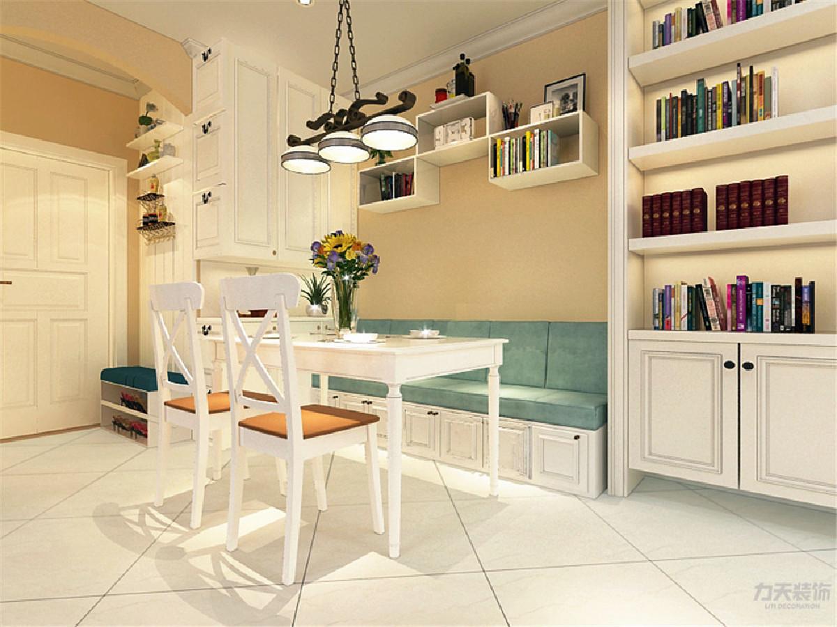 餐厅的设计有很多的储物空间,餐桌的选择为四人餐桌,旁边放有书柜和一面立柜,大大增加了很多的储物空间