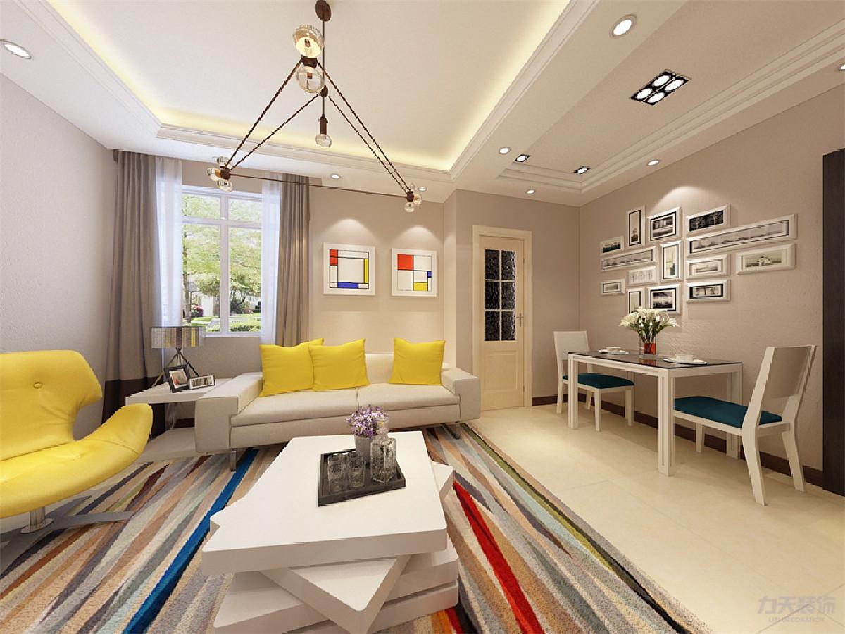 电视柜做了小造型,使整个背景墙更有特色,沙发没有选择很复杂的,简单的白色,搭配黄色的抱枕