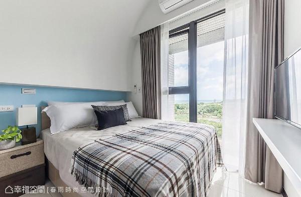 床头利用圆弧造型隐藏梁线,成功化解梁压床头的风水顾忌,同时藉由线条延伸,让屋高有向上延展的效果。