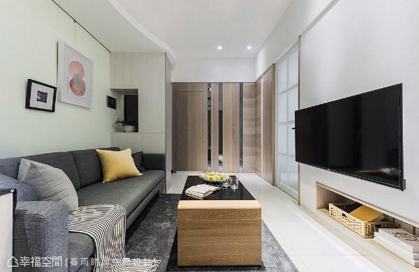 周建志设计师透过隐藏手法,利用木皮与镜面将卫浴和主卧门片整合在同一立面上。