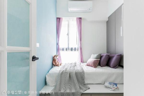 女孩房采用架高卧铺设计,并于下方扩充抽屉机能,让小小的卧室也能拥有足够收纳量。