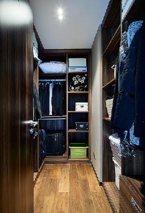 衣帽间图片来自家装大管家在现代休闲层次 109平实用三口之家的分享