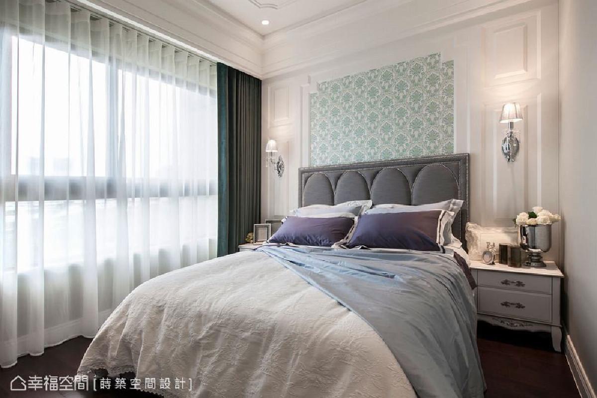 主卧房的设计主题,延续公共空间的新古典元素,藉由草绿色的壁纸与造型框,成为视觉上的焦点。