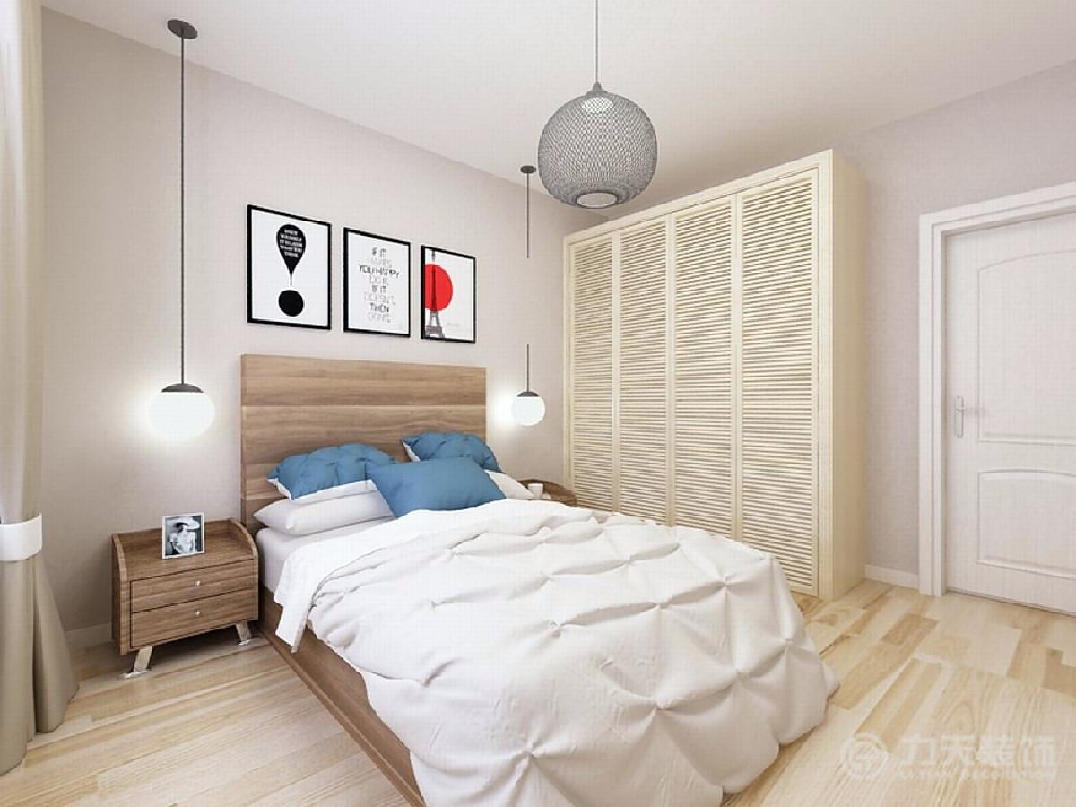 窗帘则呼应了木色调,床头灯采用悬挂式,增加灵动感。而床头色彩艳丽的挂画以及蓝色的抱枕,于平稳中打破僵局,不致使空间陷于平庸。