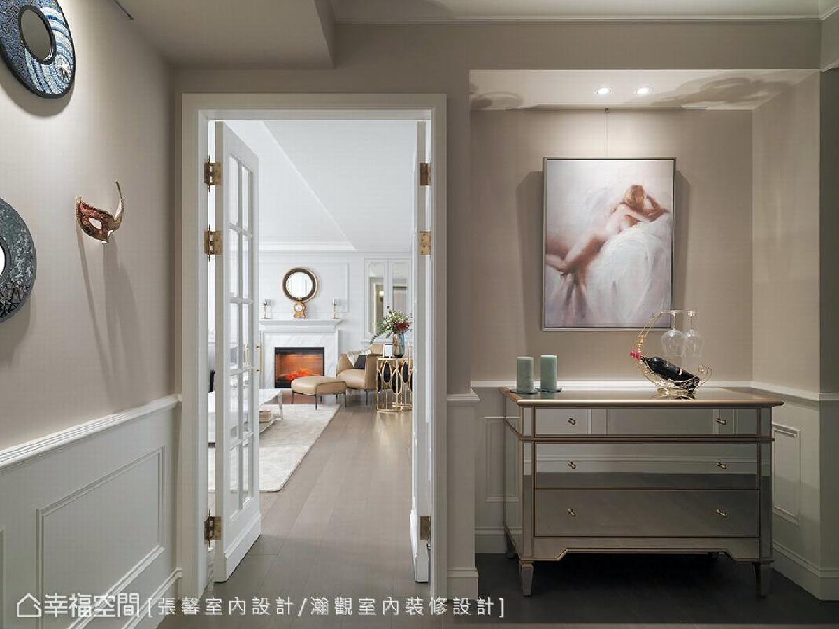 进入客厅前的视觉端景以优美的裸女画揭开序幕,象征家最私密、最放松的样貌,也展现如同屋主的柔雅性格。