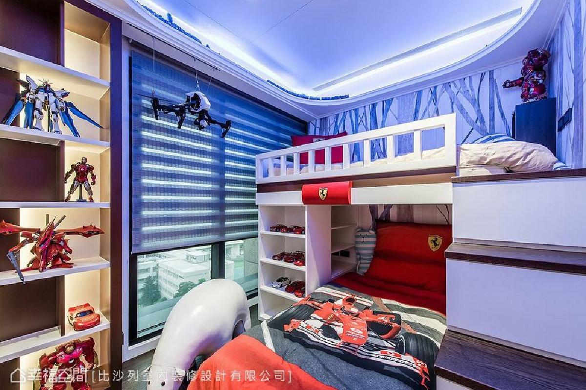 男孩房上方规划电动火车轨道,也利用收藏品布置一角,将孩童的乐趣自然地化为房间设计,满足美观及实用机能。