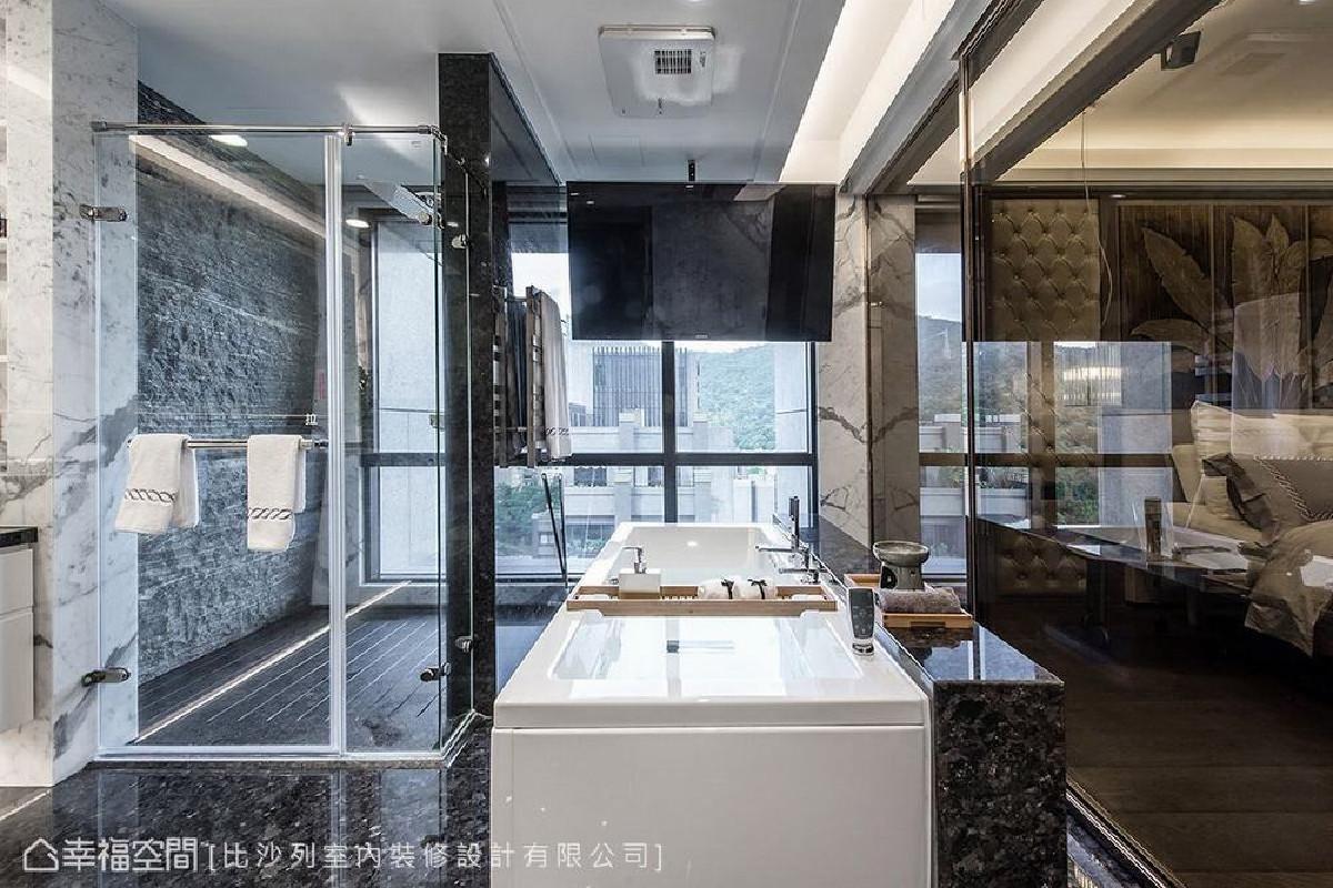 主卧卫浴利用原始格局的降板空间配置管线,如精品旅馆的设计,让屋主可在此边泡澡边看电视,或是观赏室外绿意。
