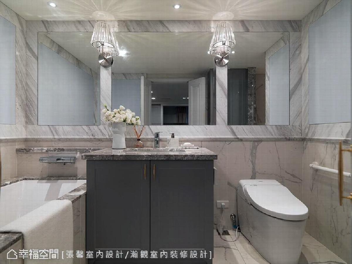 主卧卫浴以镜面及刷漆铺陈,让视觉上能够更加柔软,以符合整体居家的风格呈现。