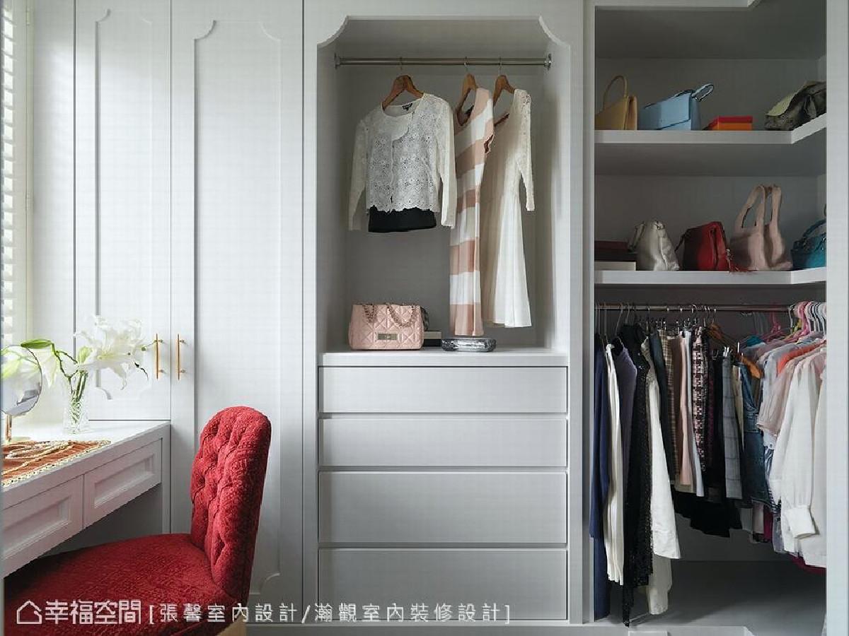 利用红色椅子形塑视觉焦点,使一片淡雅色调的主卧及更衣空间,增加了专属屋主的淡雅华丽韵味。