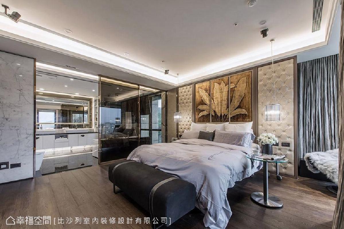 原始格局为床头对门,移动空间轴线后,不仅增加收纳空间,窗边更多了一处休憩区可一览室外风景,床头则嵌入屋主的收藏,营造略具禅风的氛围。