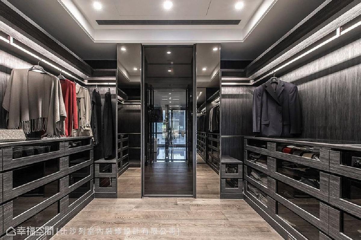卫浴间旁的衣帽间,采用二进式规划,外侧以沉稳黑色柜体置放常用衣物,内部则能储藏非当季用品,呈现简洁干练的精品收纳。