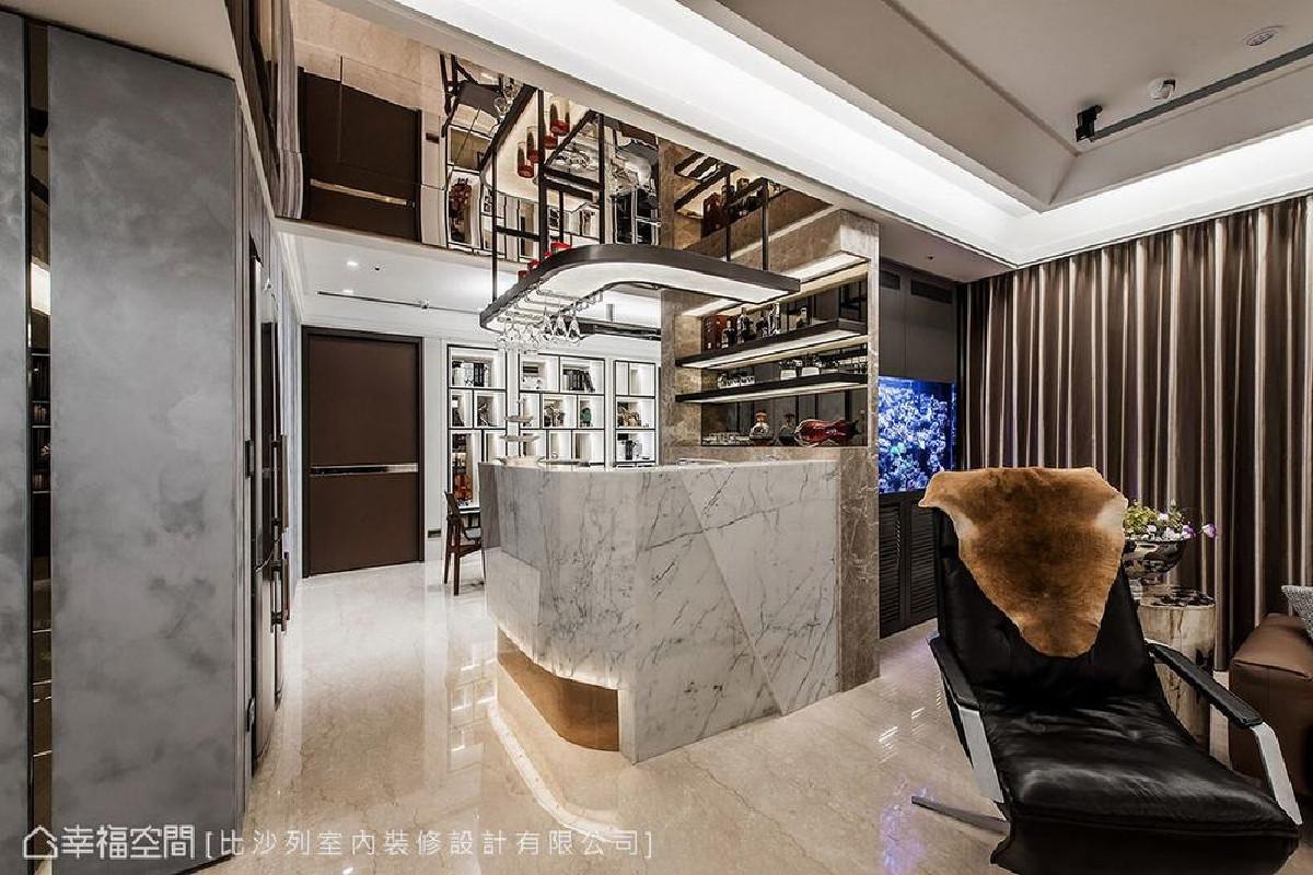 采用钻石型切割手法打造吧台,具有半透光特性的雕刻白大理石,在灯光的照耀下,营造出现代科技头等舱氛围。