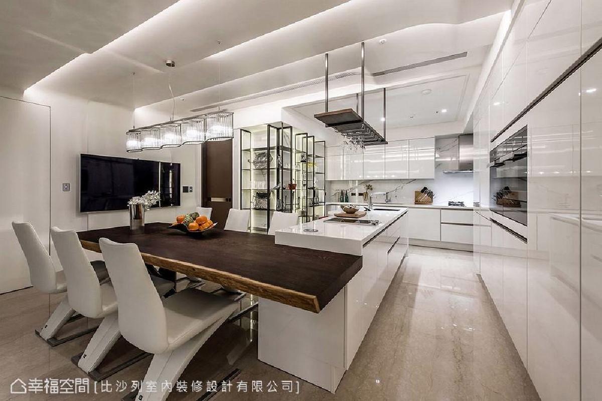 白色亮面石材结合木质餐桌形塑L型吧台,其上的天花大梁则利用渐层灯光加波浪型天花板虚化,全室利用纯白壁面延伸,打造科技感空间。