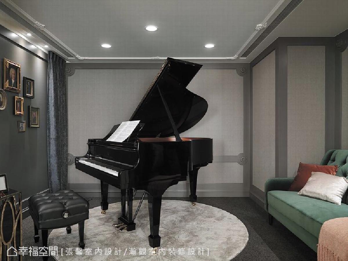 考虑到屋主双鱼座的个性,张馨设计团队特别搭配带有些许怀旧风味的绿色沙发,以及跳色软件,让琴房能在灰阶色彩中添加浪漫气息。