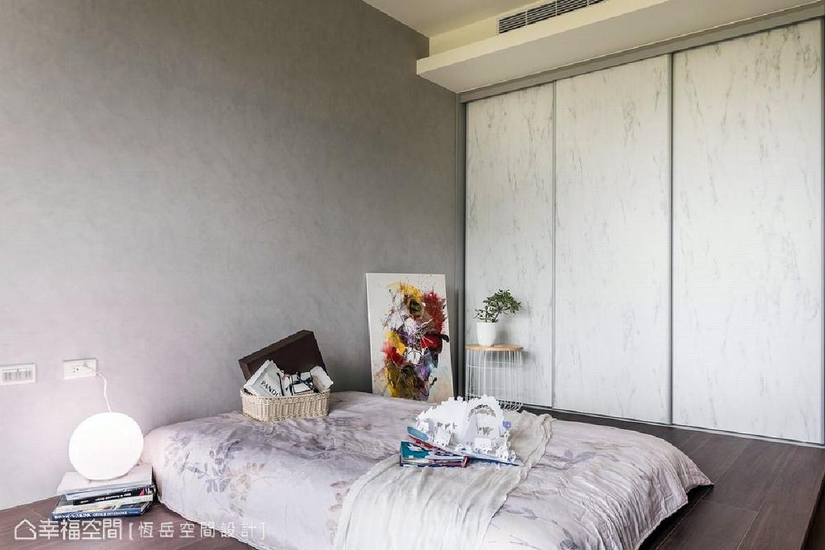 使用健康环保的新型无甲醛硅藻漆,并架高地板取代床架,增加睡眠区的腹地空间,构筑适合与稚龄幼儿共寝的安心环境。