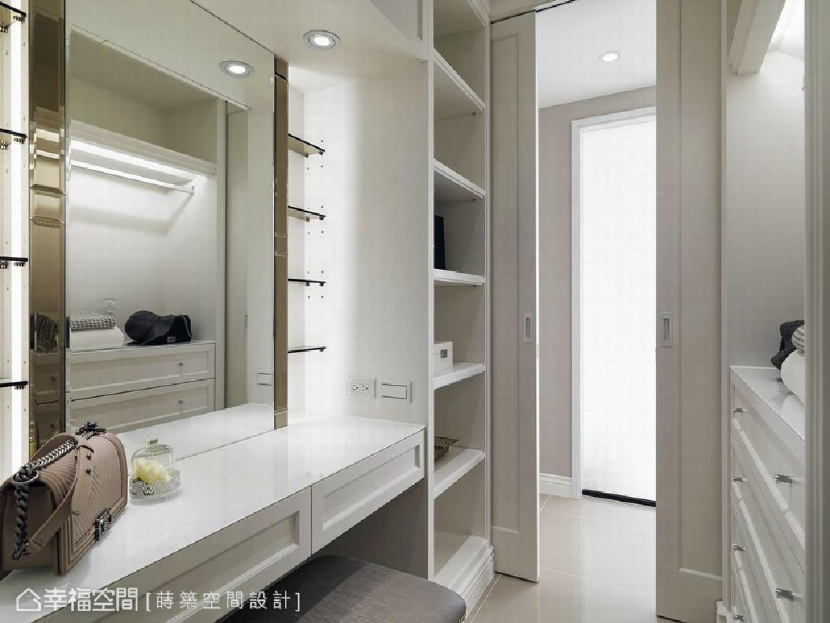 设计师朱皇莳于主卧房内规划一间更衣室,在细节部分,化妆桌的镜面两侧佐以茶镜增加细腻质感,层板的设计则提供化妆品摆放位置。