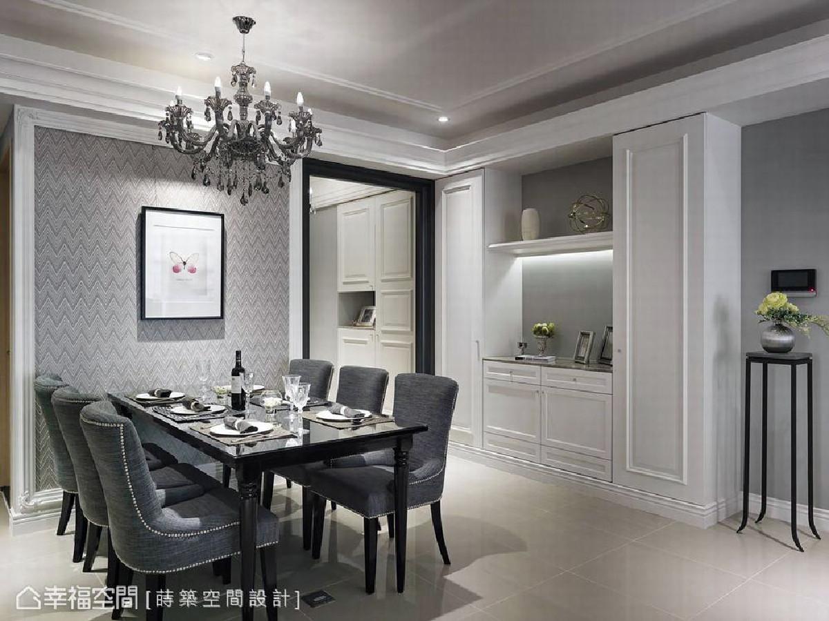 华美的水晶吊灯佐以进口壁纸端景墙,为餐厅的氛围增色不少,右侧则设有餐柜与展示平台。