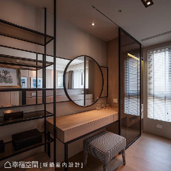 床头墙后方即为梳妆区,同样延续木皮与铁件元素,勾勒现代人文的气息。