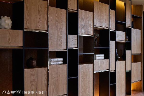 以木皮、铁件与金属饰条打造出一整面展示书柜,不规则错落的造型,带来活泼趣味的视觉感受。