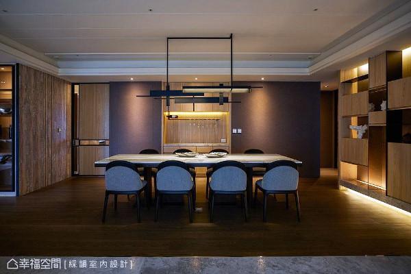 温润木质调性成为餐厅区域的背景色,搭配柔和昏黄的灯光,营造出自然温馨的用餐情境。