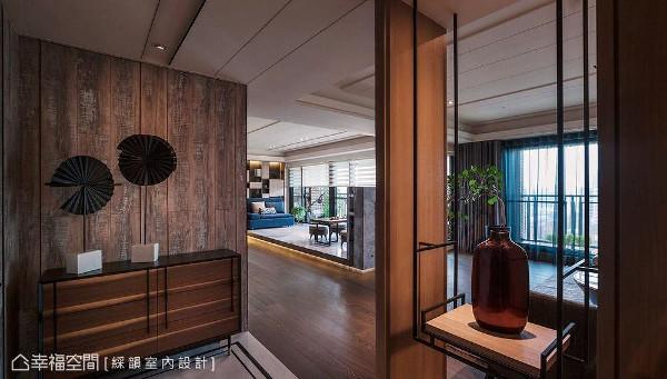 选用旧木材质铺陈壁面,矮柜上简单摆放艺术品即可创造出醒目的迎宾端景。右侧则以悬空展示架打造隔屏意象,悄悄界定出内外场域。