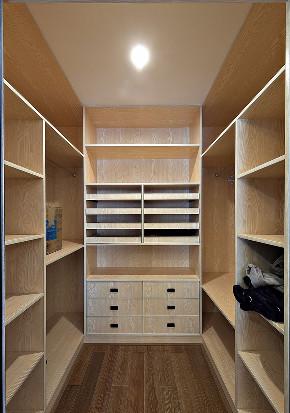 衣帽间图片来自家装大管家在美观舒适 139平现代大气风3居室的分享