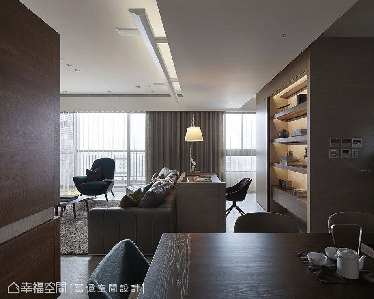 运用家具无形中揭示不同生活场域,阅读区与客厅之间少了隔间阻碍,让光线和视线得以汇流,空间散发出朦胧之美。