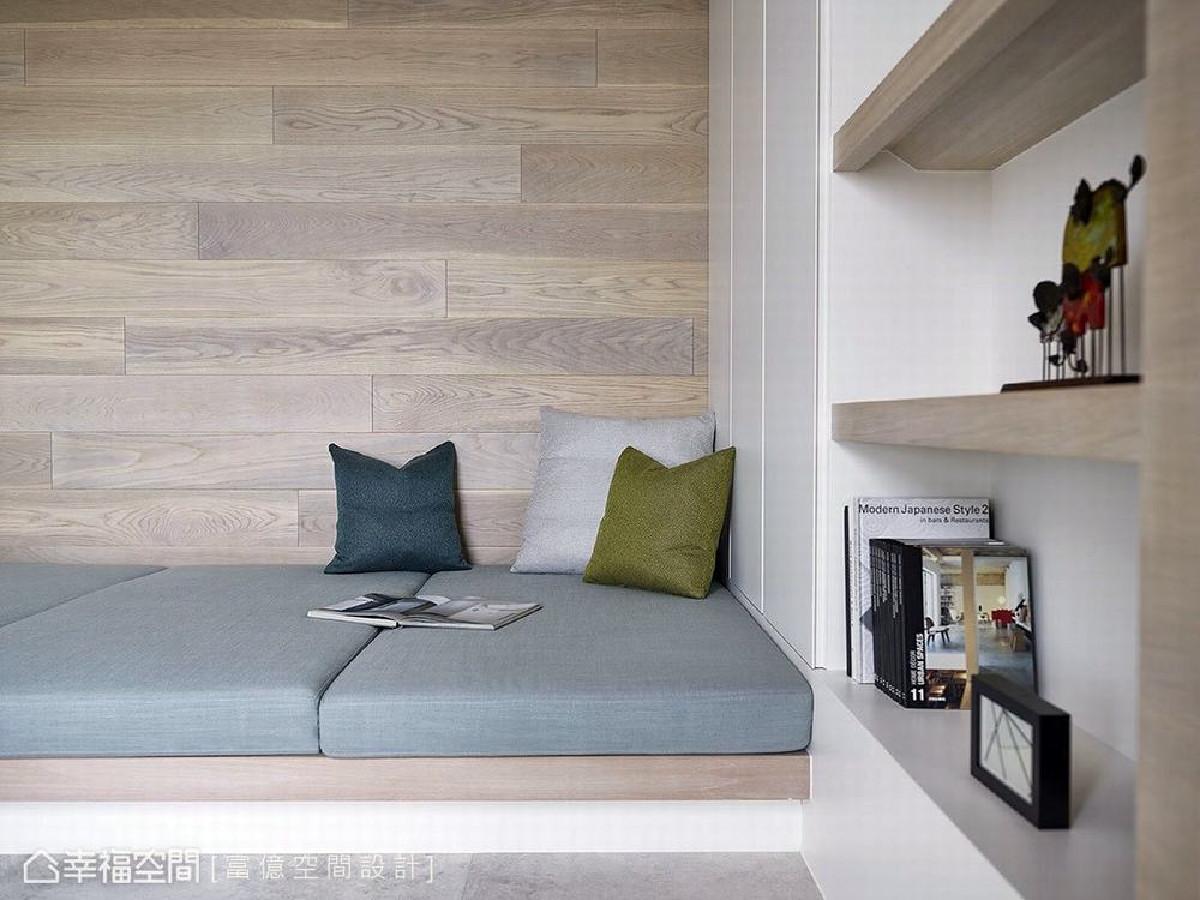 小孩房床铺采卧榻式设计,形成可随兴坐卧的平台,墙上利用木地板拼贴散发自然氛围,空间变得更舒适温馨。