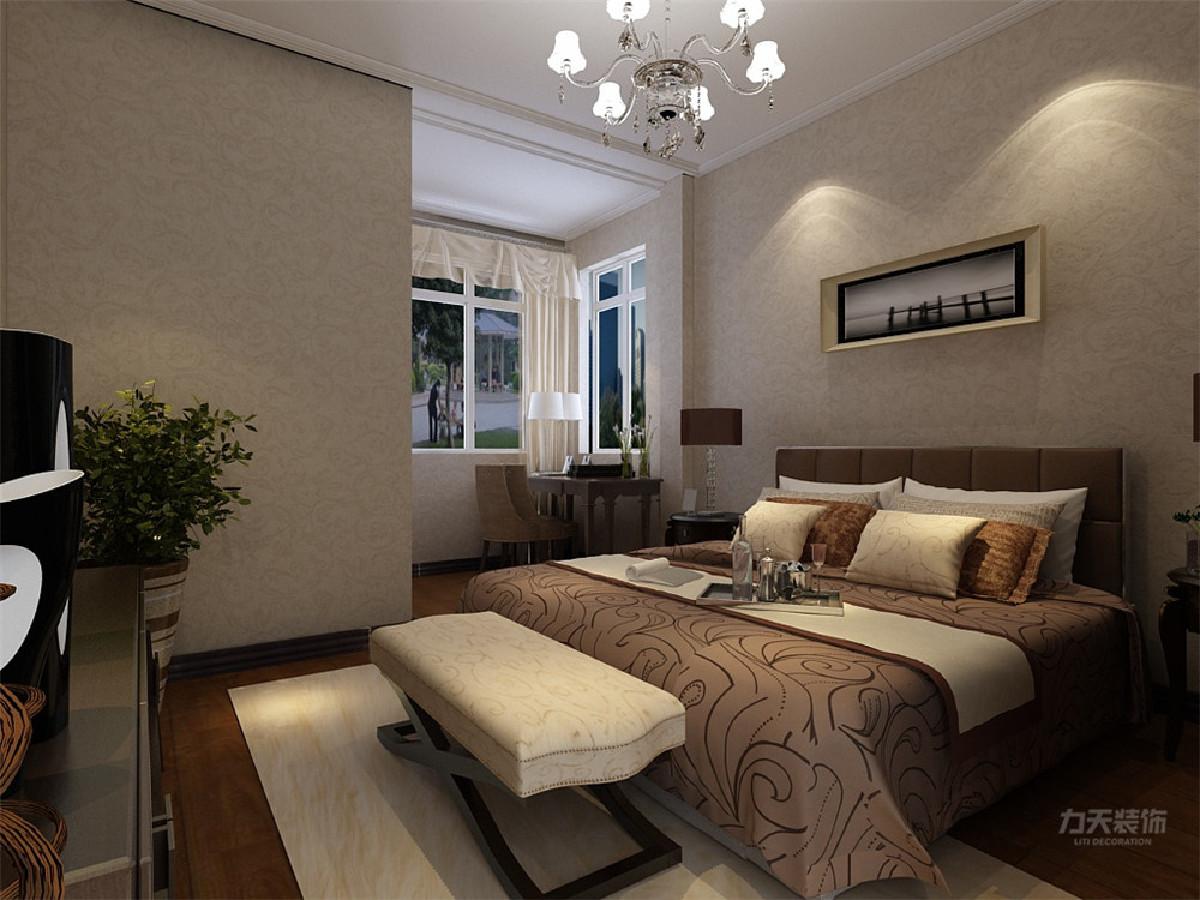 主卧地面选用通铺地板,顶面采用简单的石膏线条,再加以花纹壁纸墙体,营造出静谧的环境,有助于睡眠