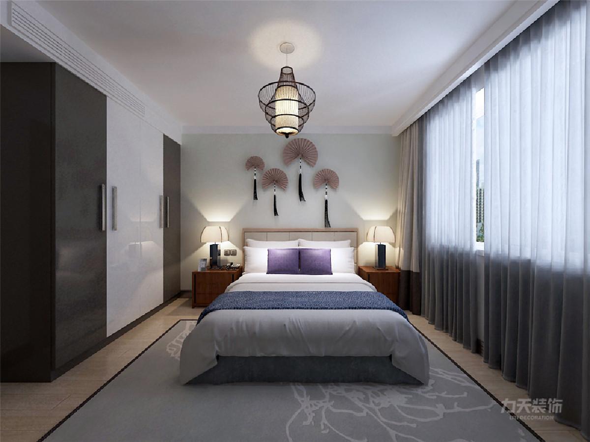 主卧是一间主人房,通过暖色调的地板营造一种浪漫和温情的氛围,但是运用的蓝色都是用在易更换的地方,可以更好的使一个空间多变化。