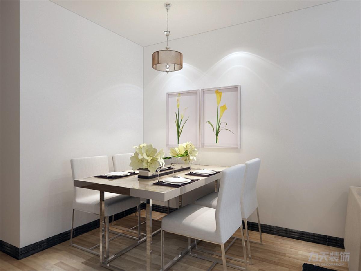 餐厅通铺地板,餐桌椅为米黄色,放置四人位餐桌