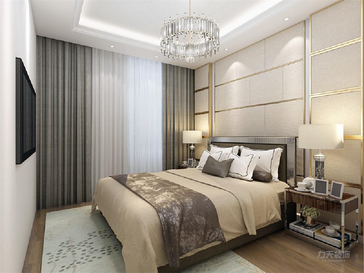 主卧空间较大,床背景墙用做了简单造型,该设计简约而不简单,充分利用了空间布局。