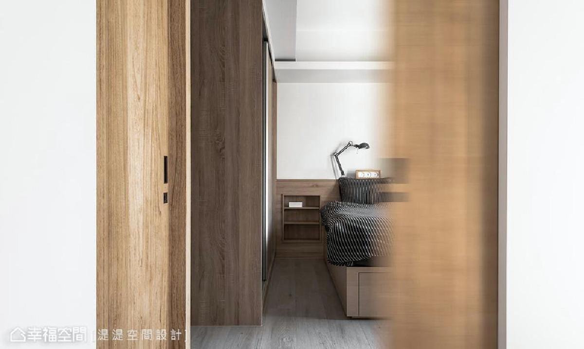 以口袋门把取代传统制式把手,为空间减少视觉紊乱感受,维持清爽整洁的立面,为15坪空间创造宽阔视感。