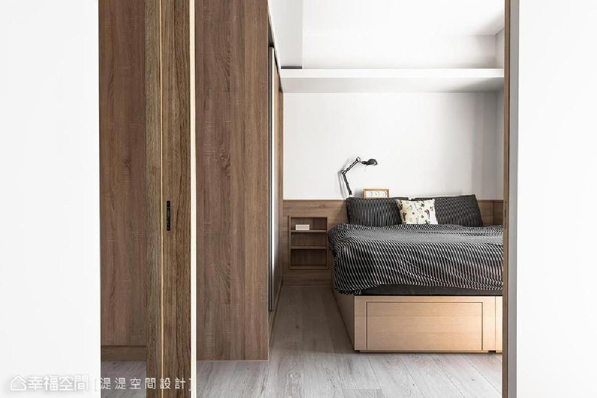 主卧房以深木色语汇做色彩基底,藉由木质的质朴温润感受,让卧眠环境更加温馨。