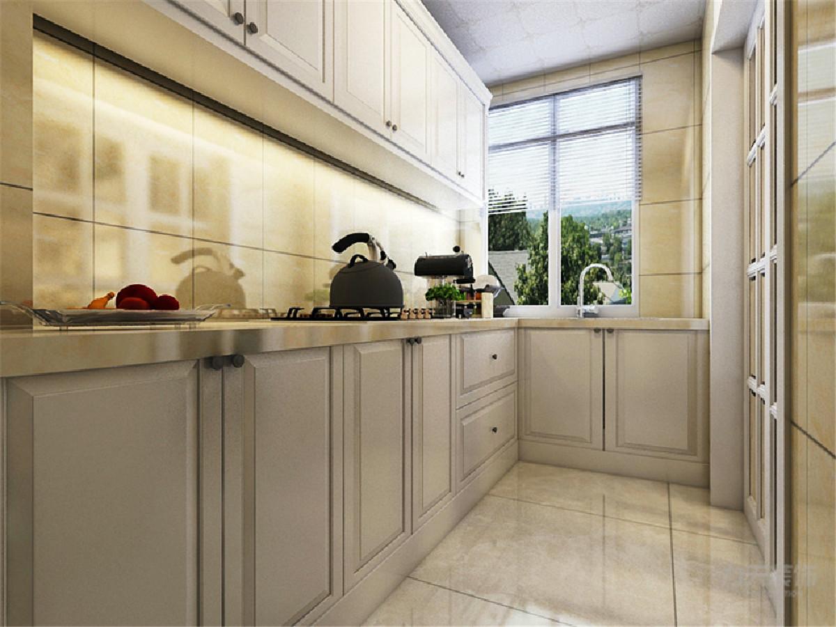 封闭式的厨房入口门加上一块让人耳目一新的黑色玻璃。空间富有层次感,室内氛围和谐。