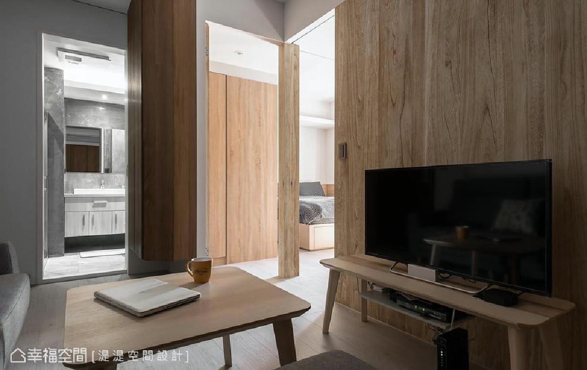 入门左侧壁面运用隐藏门片手法,将卫浴藏于壁面之中,减少门把与对象的存在感,使空间更为宽敞。