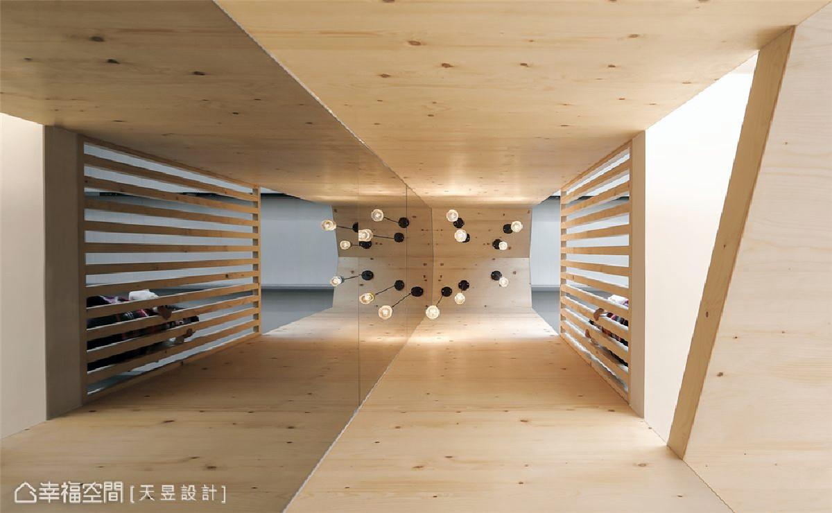 直贯三楼的挑空天井导入北欧住宅的烟囱型态,并直贴茶镜到顶创造光影图片