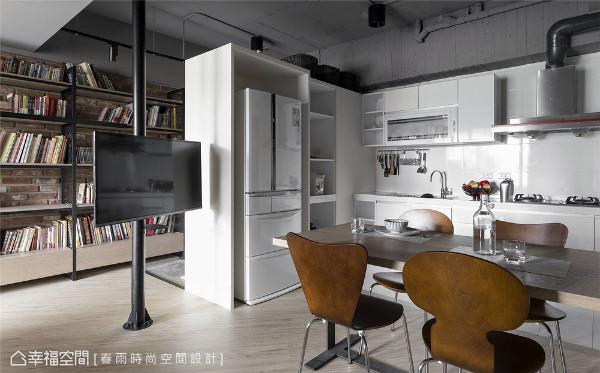 保留原有建商配置的系列厨具,同步整合了餐事所需的家电收纳。