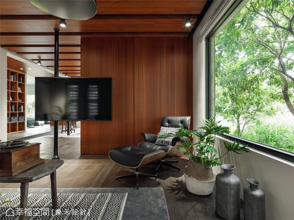沉稳公领域 悬挂的电视创造独具风格的设计方式,以沉稳黑色系来增添家中现代的俐落线条。