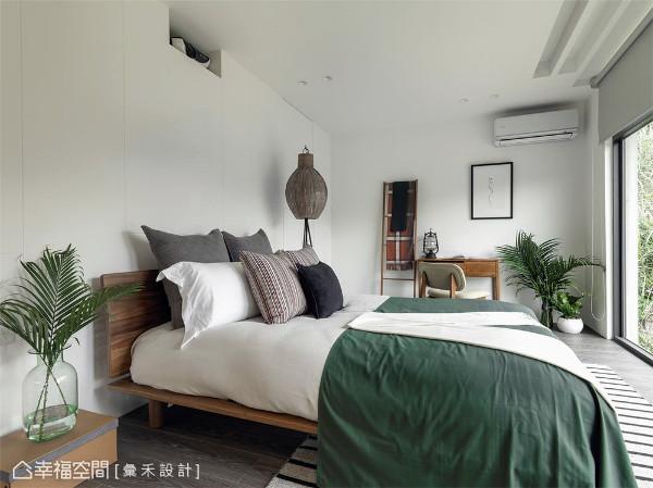 绿意铺陈 纯白卧房颜色与房内绿意呼应,自然铺陈居家每个角落。