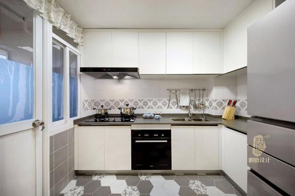 透过厨房和阳台的透明玻璃门,增加餐厅的采光(厨房左侧铝合金门外是阳台)
