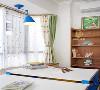 旁边的书柜增加了收纳空间,可以给孩子放置书本和玩具。