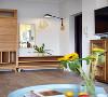 玄关处设计一个衣帽柜和换鞋凳,换鞋凳的中间层板也可以放置鞋子。