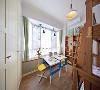儿童房摆放两张小书桌,与旁边的飘窗结合  给孩子提供了一个学习的空间。