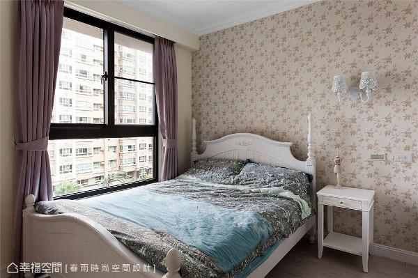 孝亲房 经典的美式乡村风卧房带入讨喜的优雅白色调,营造舒适的入眠环境。