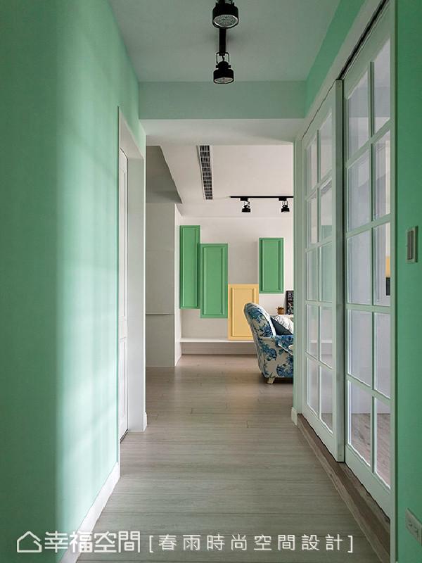 廊道 日光盈满白绿相间的廊道,呈现舒适宜人的美式乡间宅邸风情。
