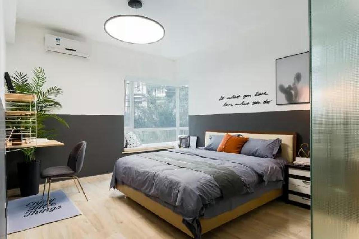 卧室想要更出彩,不如刷上复古范儿的墙裙,可不是说七八十年代的墨绿色,而是略带亚光的黑,优雅如赫本的气质跃然眼前。